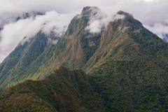 与云彩的安地斯山在峰顶上 印加人足迹 秘鲁 库存图片