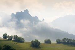 与云彩的山上面 免版税库存图片