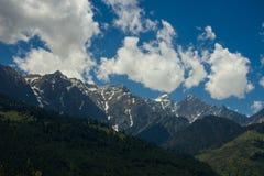 与云彩的山景,喜马拉雅山,印度 免版税库存图片
