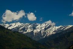 与云彩的山景,喜马拉雅山 免版税库存图片