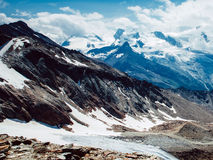与云彩的山雪 免版税库存图片
