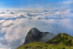 与云彩的山顶面风景 免版税库存图片
