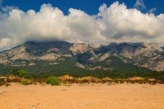 与云彩的山风景 图库摄影