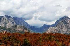 与云彩的山风景 免版税库存图片