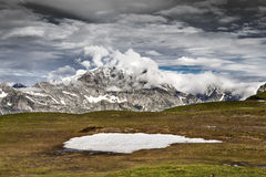 与云彩的山风景 免版税库存照片