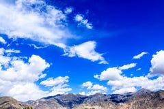 与云彩的山 免版税图库摄影