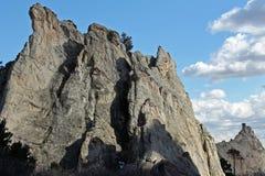 与云彩的岩石面孔 库存图片