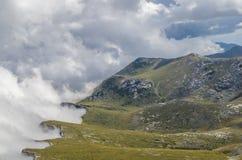 与云彩的岸在山 免版税库存图片