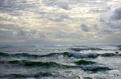 与云彩的平静的海景 免版税库存照片