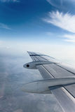 与云彩的平面翼 库存图片
