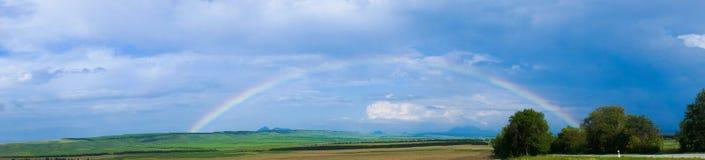 与云彩的彩虹在农田 库存图片