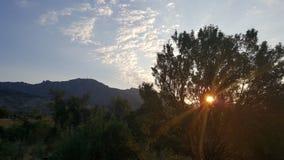 与云彩的快乐的早晨 库存照片
