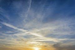 与云彩的惊人的夏天天空塑造和深蓝天 库存图片