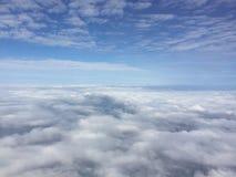 与云彩的惊人的蓝天视图,平面窗口外,当朝向对日本时 免版税库存照片