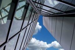 与云彩的摩天大楼蓝天 免版税图库摄影