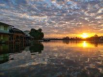 与云彩的日出和在河的蓝天反射 库存图片
