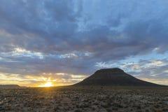 与云彩的日落在南部非洲的干旱台地高原 库存照片