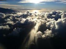 与云彩的日落在海洋水 免版税库存图片