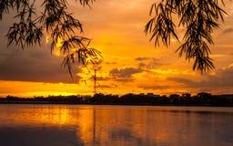 与云彩的日落,在橙色和紫色树荫下 免版税库存图片