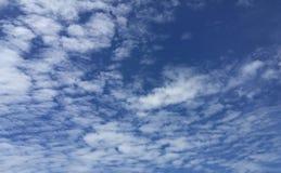 与云彩的明亮的清楚的蓝天 免版税库存照片