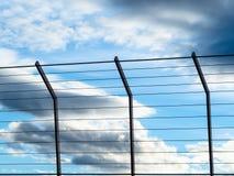 与云彩的晚上天空在滤栅后 免版税库存图片