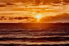 与云彩的橙色太阳在有波浪的灰色海 在黑海的不可思议的日落在Gelendzhik 惊人的自然本底 免版税图库摄影