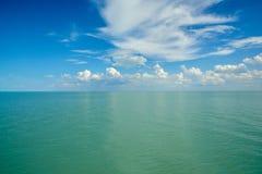 与云彩的水表面 库存照片