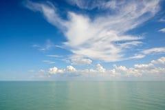 与云彩的水表面 免版税库存照片
