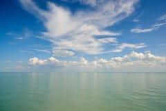 与云彩的水表面 库存图片