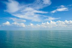 与云彩的水表面 图库摄影