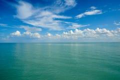 与云彩的水表面 免版税图库摄影