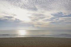 与云彩的海边日落 库存照片