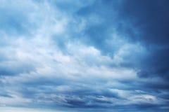 与云彩的深蓝天空,抽象背景 免版税库存图片