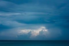 与云彩的深刻的蓝色海景 免版税库存照片