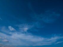 与云彩的清楚的天空 库存图片