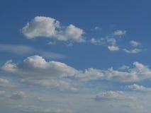 与云彩的清楚的蓝天跑4K 免版税库存照片