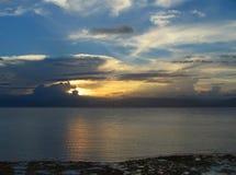 与云彩的热带日落。 免版税库存图片