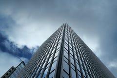 与云彩的现代大厦 免版税库存图片