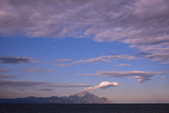 与云彩的美丽的天空在山上 库存照片