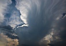 与云彩的美丽的天空在日落前 免版税库存照片