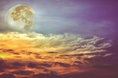 与云彩的美丽的天空,明亮的满月将做伟大的b 库存照片