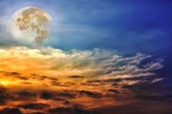 与云彩的美丽的天空,明亮的满月将做伟大的b 库存图片