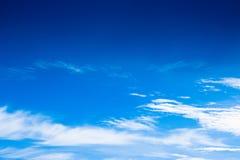 与云彩的美丽的蓝天与拷贝空间 免版税库存照片