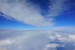 与云彩的美丽的蓝天 在云彩之间的走廊 免版税库存图片