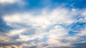 与云彩的美丽的蓝天 免版税图库摄影