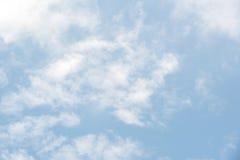 与云彩的美丽的蓝天 库存图片