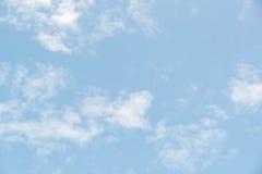 与云彩的美丽的蓝天 库存照片