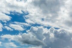 与云彩的美丽的蓝天 免版税库存图片