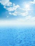与云彩的美好的海天线在它上 免版税库存照片