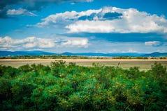 与云彩的美好的风景 免版税图库摄影